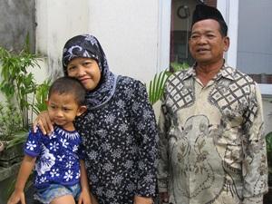 Zidan kecil bersama Ibu dan Bapak saya. Suatu saat ketika Bapak dan Ibu menengok saya di rumah saya yang jauh. (ref: dok. pribadi)