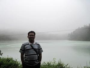 Saya di tepian telaga warna, Dieng. Di dekat telaga ini ada goa tempat presiden Soeharto bermeditasi. (dok. pribadi)