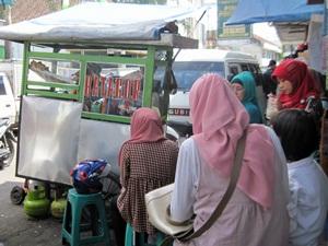 Zelda dan bundanya makan Batagor di dekat Pasar Baru Bandung